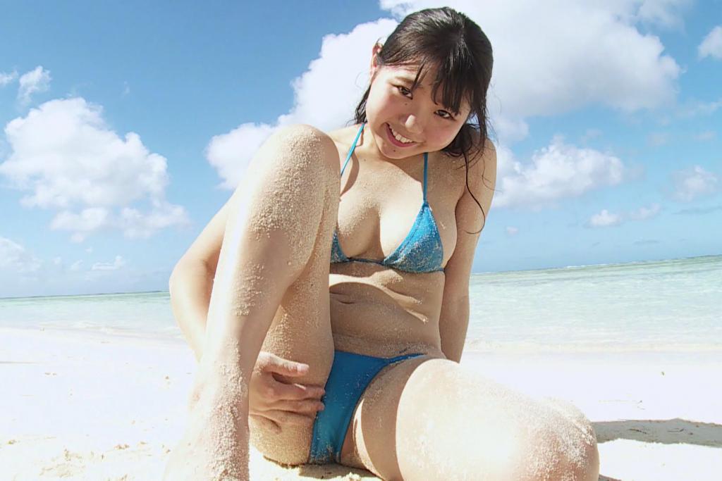 ビーチで砂遊びをする米倉ななか