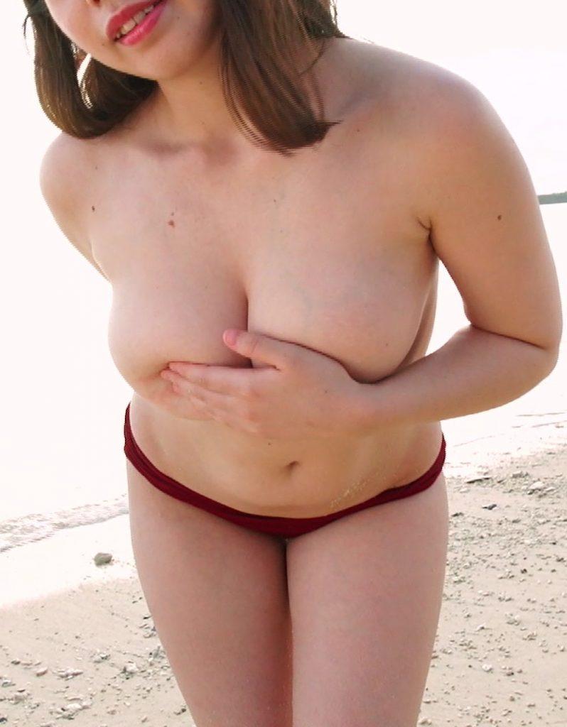 砂浜で胸を手で隠す城ヶ崎優里