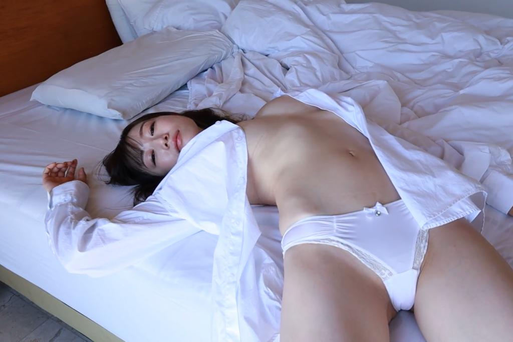 ベッドの上で微笑む裸Yシャツの小湊優香