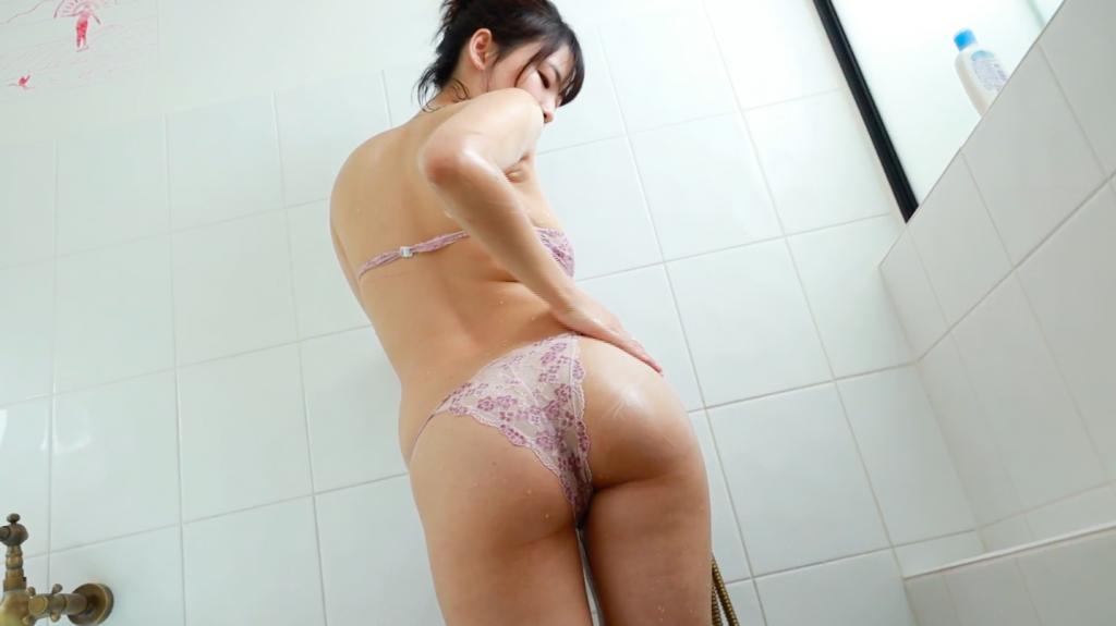 シャワーを浴びて、豊満な身体を洗い流す白壁爽子