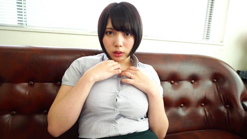 Yシャツのボタンに手をかける安位薫ちゃん