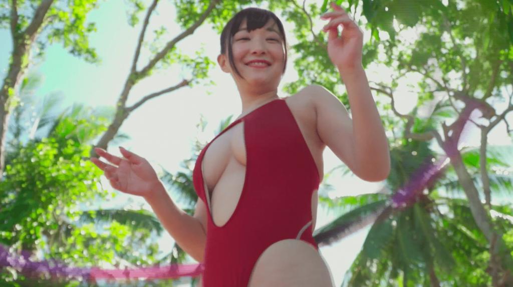セクシー水着でフラフープをして笑顔の小日向ななせ