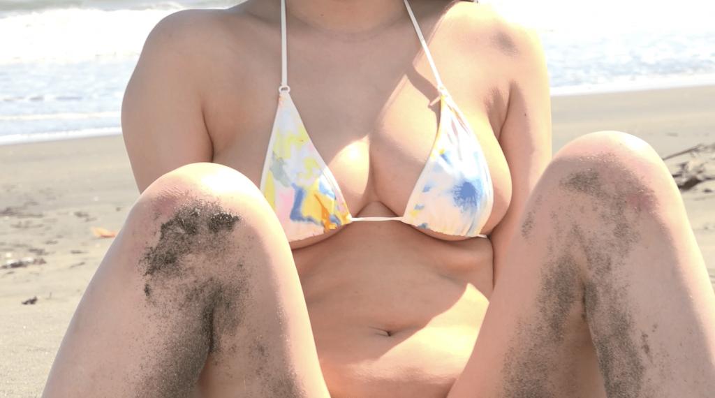 ビーチで遊んで砂だらけの星川沙羅