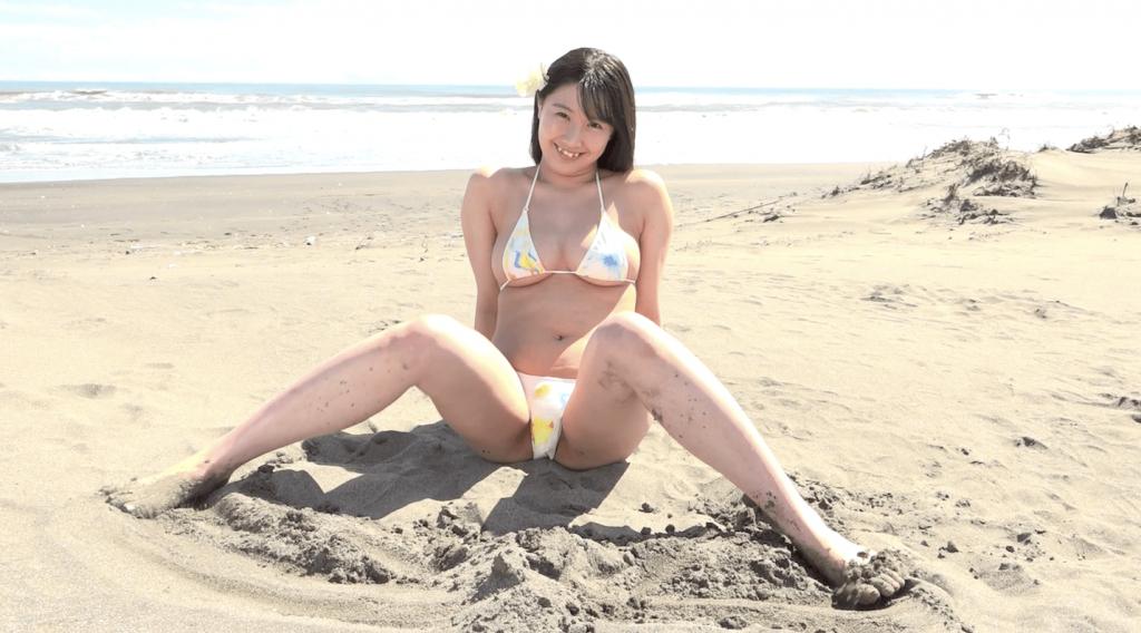 ビーチで長い足を使って砂を集める星川沙羅
