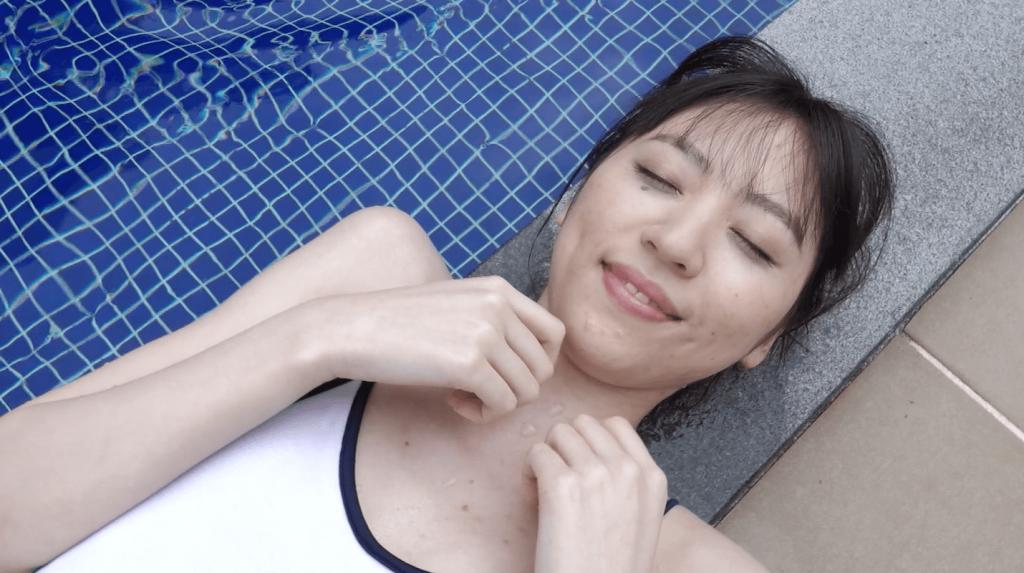 プールサイドで白ハイレグ水着で眠る船岡咲