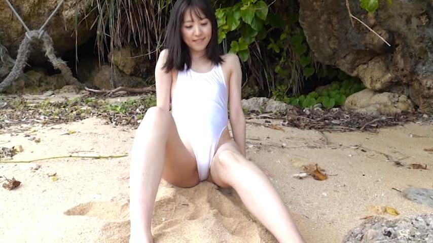 砂浜に白ハイレグ水着で座る船岡咲