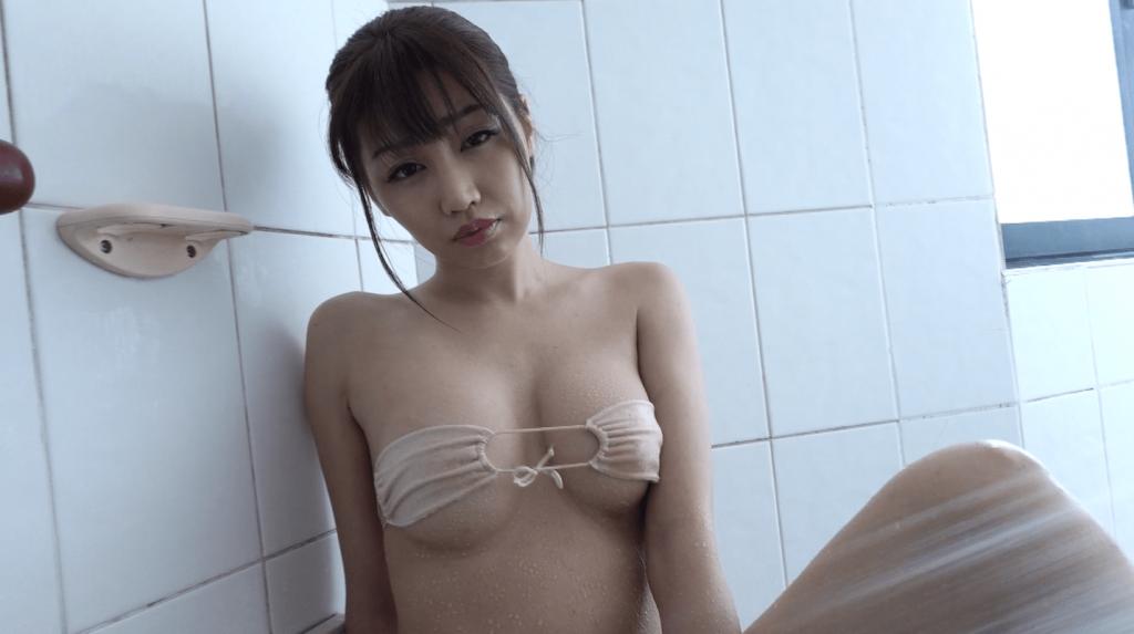 際どいビキニでシャワー中カメラ目線のあべみほ
