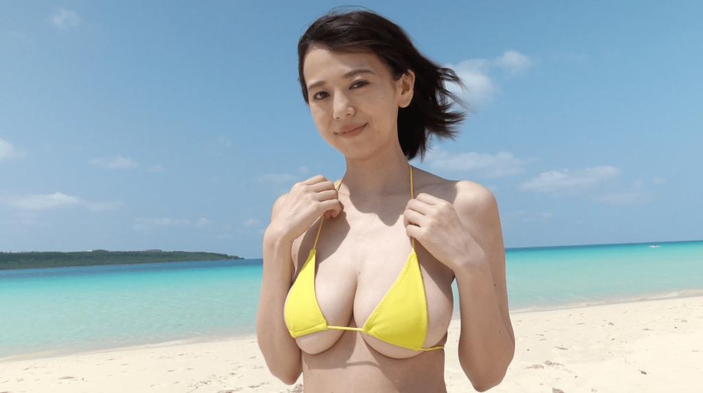 南国のビーチで黄色のビキニの絃花みき