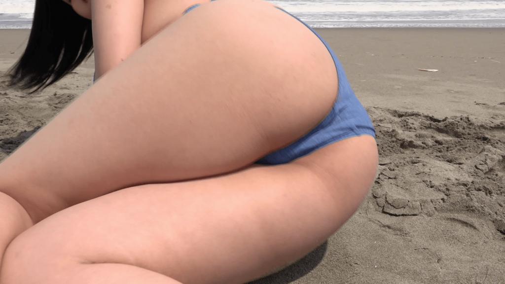 砂浜で遊ぶ池田レイの下半身