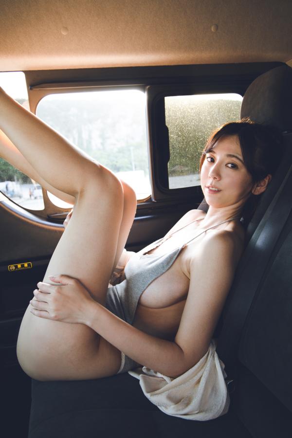 車内で下着姿の絃花みき