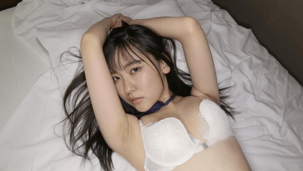 白いブラをつけベッドに横たわる林田百加