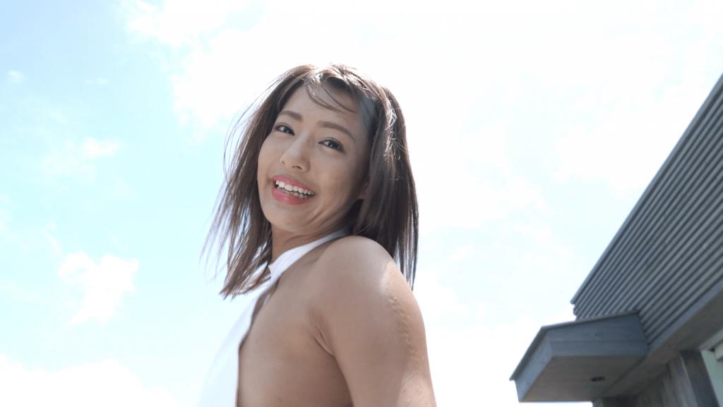 セクシーな水着を着て笑顔の橋本梨菜