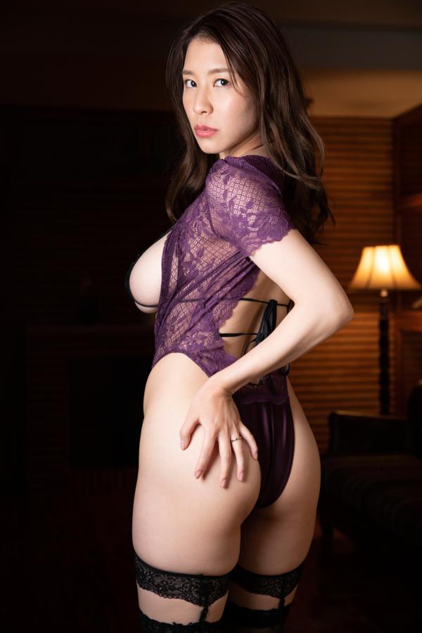 紫色のセクシーランジェリーに身を包む夏来唯