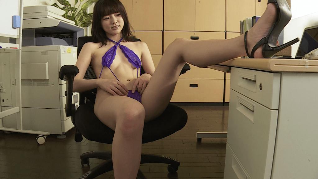 オフィスでセクシーランジェリー姿の葉月つばさ
