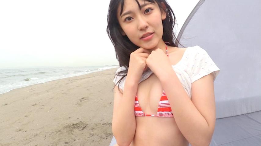 爽やかなビキニを着て海を楽しむ林田百加