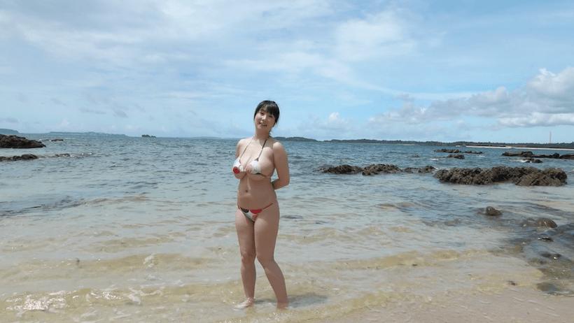 カラフルなビキニを着て海に入る桐山瑠衣