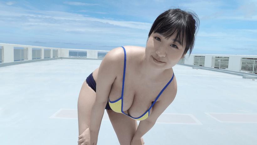 露出の多い格好で体操する桐山瑠衣