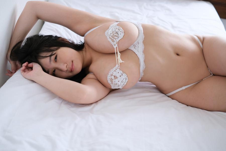 ベッドで下着姿の桐山瑠衣