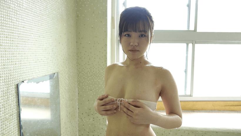 温泉でバストをマッサージする桜田なな