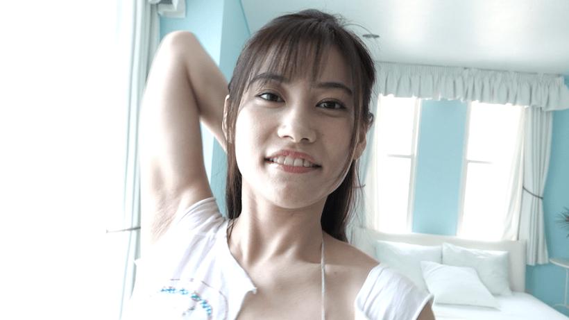 極小Tで笑顔の江藤彩也香