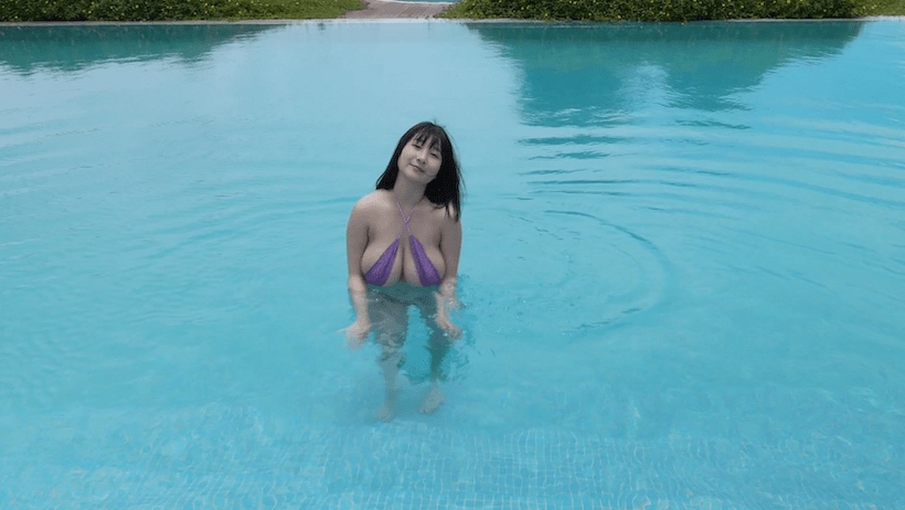 大自然の湖に入る桐山瑠衣