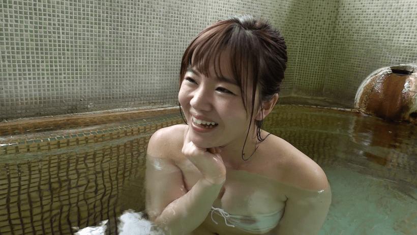 際どい水着で温泉に入る桜田なな