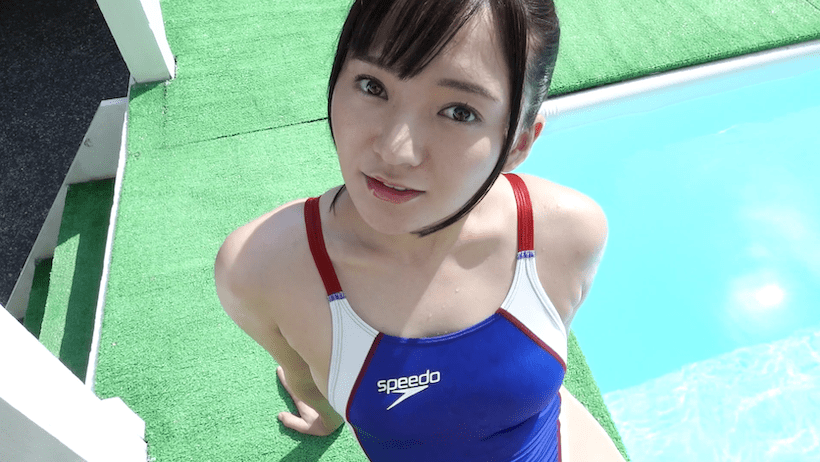 競泳水着でプールサイドに横たわる西永彩奈