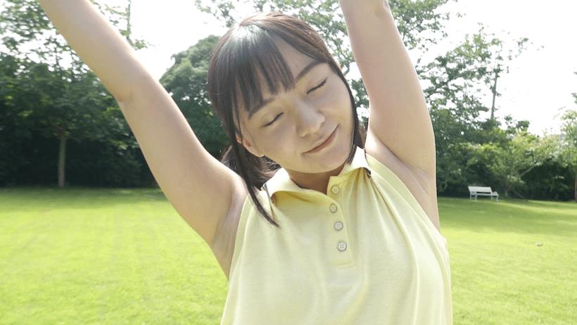 テニスの前に準備運動する西永彩奈