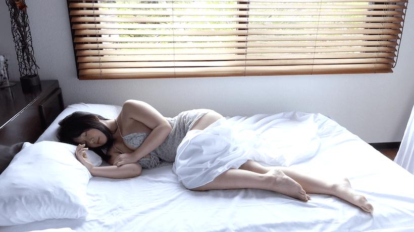 夏パジャマで熟睡している桐山瑠衣