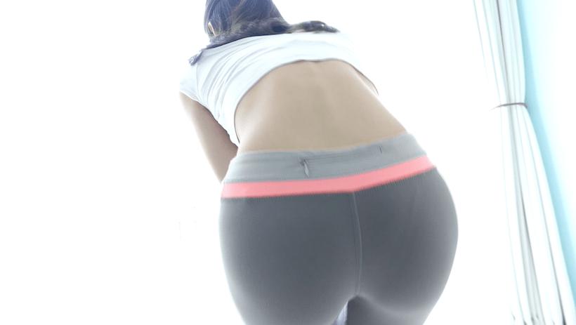 極小Tとトレーニングパンツで準備運動する江藤彩也香