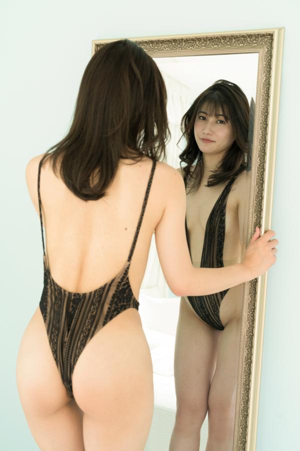 黒のレオタードで大人っぽい表情の江藤彩也香