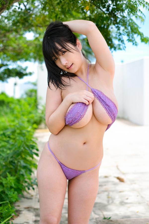 大自然の中で紫のビキニの桐山瑠衣