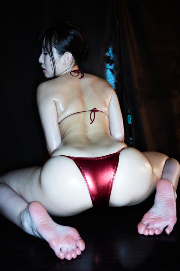 真っ赤な極小ビキニを着る柊木里音
