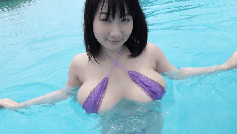 大自然の湖で紫のビキニの桐山瑠衣