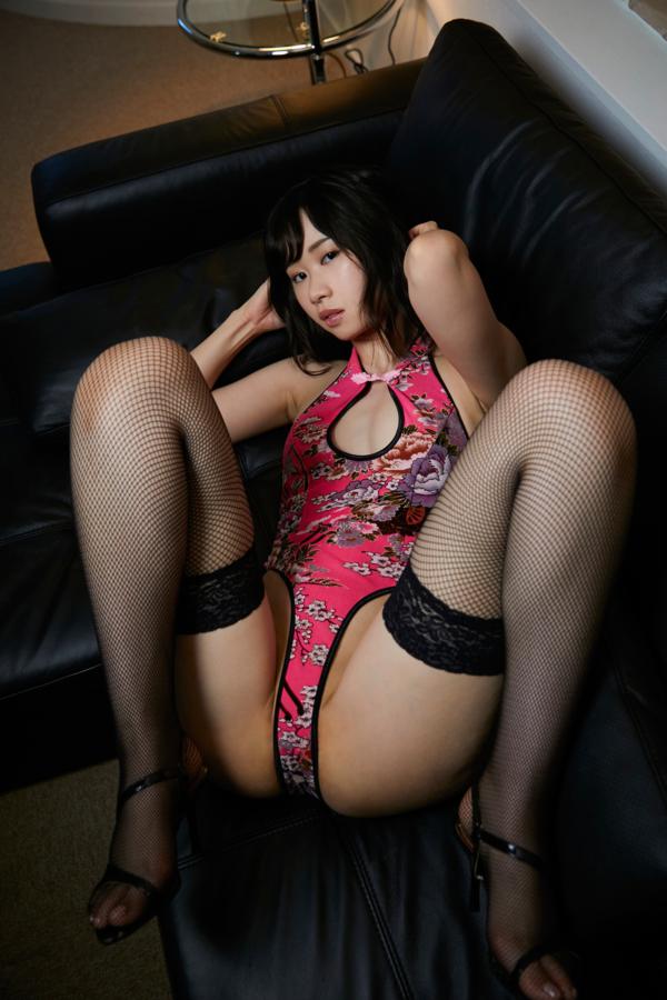 ピンクのレオタードを着てソファに横たわる鹿