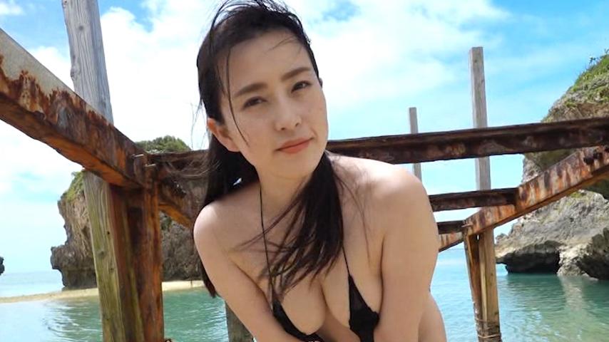 南国の海で露出の多い水着の薄井しお里