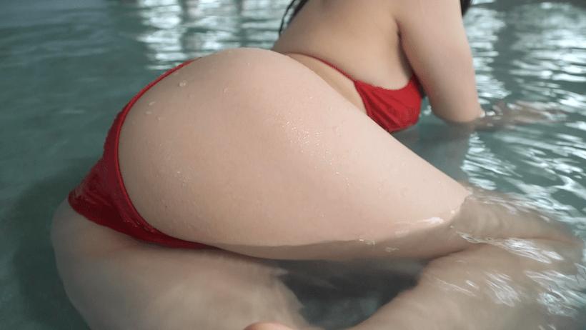 赤のビキニでプールに入る青科まきのお尻