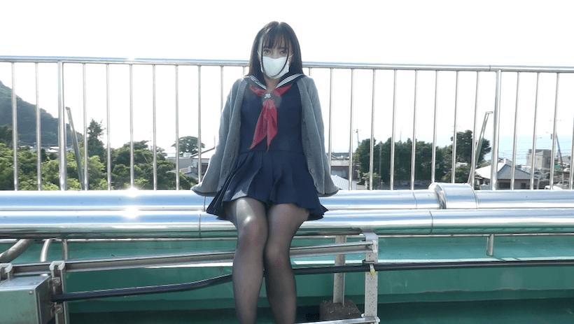 セーラー服で屋上に腰掛ける西永彩奈
