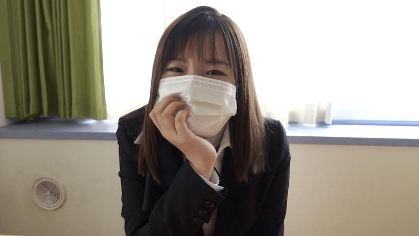 スーツでマスク姿の桜田なな