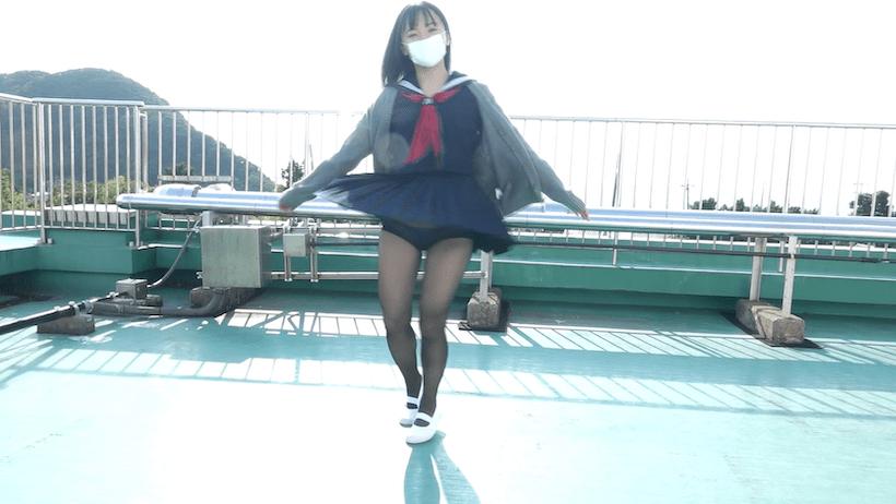 セーラー服で屋上で踊る西永彩奈
