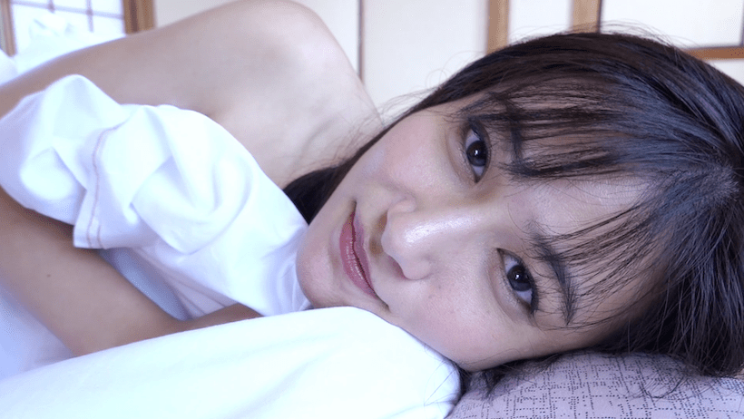 布団にくるまり話かける江藤彩也香