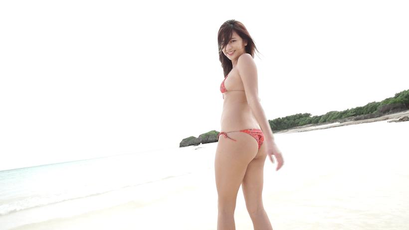ビキニ姿で海岸で無邪気にはしゃぐ徳江かな