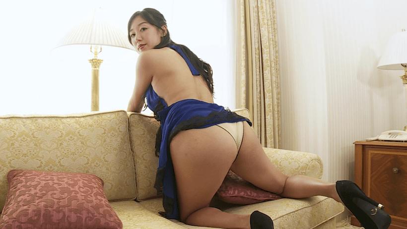 ソファで青いドレスのスカートをまくり上げる澤山璃奈