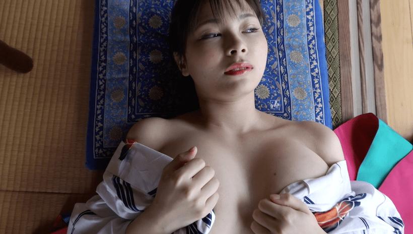 浴衣をはだけて畳に横になっている春野ゆこ