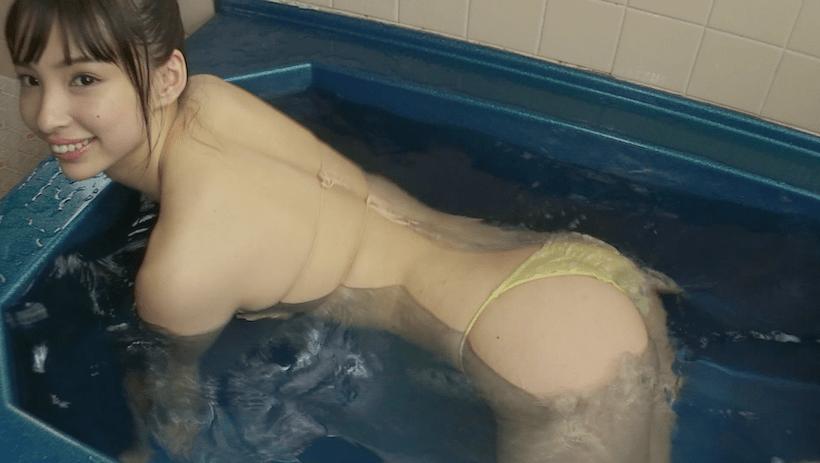 面積の小さいビキニで入浴する鶴巻星奈