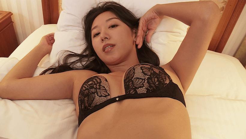 黒の下着でベッドで誘惑する澤山璃奈