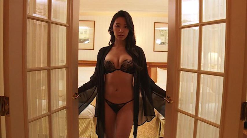 黒の下着にガウン姿で部屋に招き入れる澤山璃奈