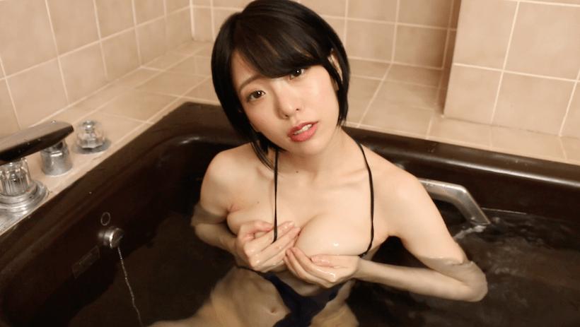 黒のセクシー水着で入浴する白石みずほ