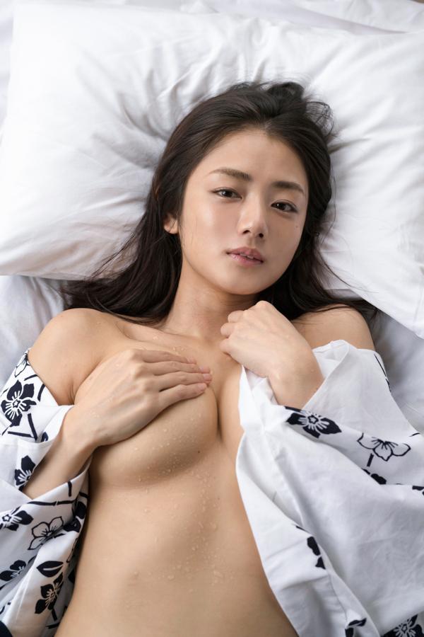 宿で浴衣姿で手ブラの片山萌美