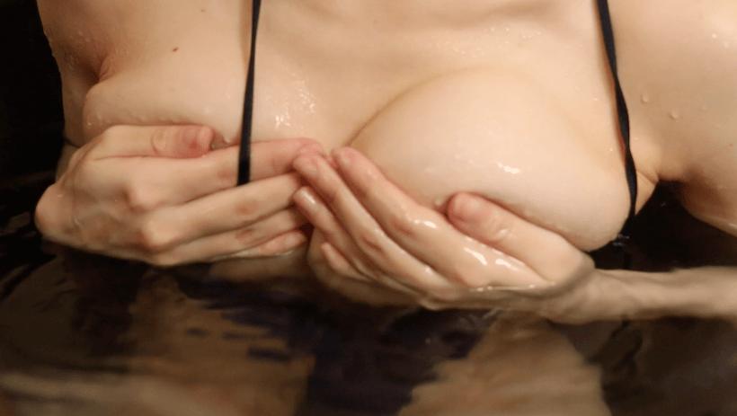 黒のセクシー水着で入浴し手ブラの白石みずほ